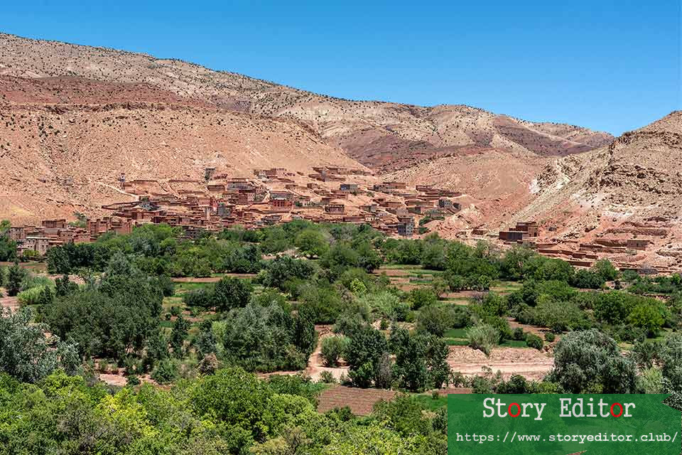 Villages next to the road that crosses the Atlas Mountains (Morocco)