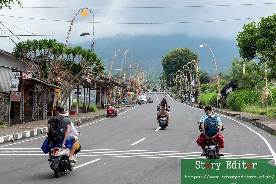 Going up to Pura Besakhi by motorcycle (Bali, Indonesia)